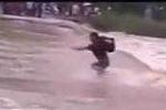 Thót tim trước cảnh nam thanh niên mạo hiểm vượt lũ ở Lào Cai