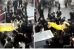 Clip: Người nhà nạn nhân tử vong vì thang cuốn mang quan tài đi biểu tình