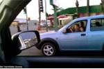 Sốc với người đàn ông để bé trai cầm lái ôtô giờ cao điểm