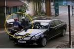 Đôi nam nữ trộm gương Mercedes nhanh như chớp