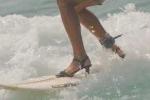 Video: Mê mẩn ngắm 'bóng hồng' xinh đẹp lướt sóng bằng... giày cao gót