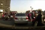 Tài xế ôtô đánh tới tấp nam sinh viên vì va chạm