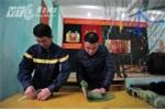 Ảnh: Lính cứu hỏa trổ tài gói bánh chưng đón Tết