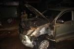 Ô tô bốc cháy dữ dội sau khi gây tai nạn bỏ trốn