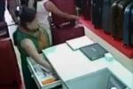 Quý bà vào shop trộm tiền nhét vào ngực bị camera ghi lại