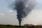 Cột khói hàng chục mét bao trùm đám cháy xưởng sản xuất thực phẩm