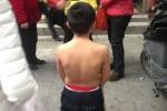 Nghiện game, bố mẹ bắt con lột áo, quỳ gối giữa phố