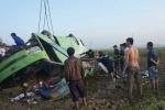 Lật xe chở khách đi đám cưới, ít nhất 20 người bị thương