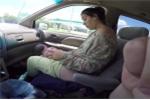 Clip: Không kịp đến bệnh viện, bà bầu tự đỡ đẻ ngay trên ô tô