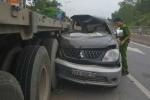 Ô tô 7 chỗ lao vào xe đầu kéo, 8 người thương vong