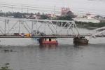 TP.HCM: Giải cứu tàu chở dầu kẹt dưới cầu Bình Lợi