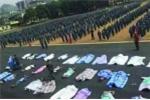 Sinh viên Trung Quốc bị phạt quấn chăn, đội xô dưới trời nắng nóng vì ở bẩn