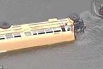 Clip: Kinh hoàng xe buýt chở 27 học sinh tiểu học lao xuống ao