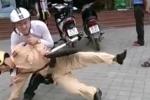 Clip cảnh sát giao thông bị quật ngã, hành hung trên phố