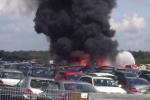 Clip: Kinh hoàng máy bay đâm xuống bãi đỗ ôtô, bốc cháy ngùn ngụt