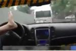 Clip: Thanh niên 'chán sống' lái xe bằng chân giữa trời mưa