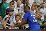 Evra phát điên vì trò bẩn của cậu bé nhặt bóng Real