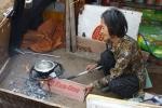Xót xa cảnh cụ bà 76 tuổi sống cô độc, quanh năm ngủ dưới đất