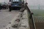 Xe tải mất lái hất bay lan can, cầu Vĩnh Tuy tê liệt