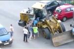 Clip: Tài xế say xỉn tông xe liên hoàn bị dân xúm vào đánh hội đồng