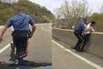 Clip: Cảnh sát lao như tên bắn, cứu người đàn ông nhảy cầu tự tử