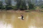 Khiếp đảm cảnh vượt sông bằng bè mảng chờ 'cầu treo' ở Thanh Hóa