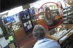 Bi hài clip giả gái, cầm súng 'rởm' đi cướp bị rượt đánh te tua