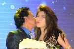 Chế Linh được nữ nghệ sỹ ôm hôn tới tấp ngay trên sân khấu