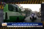 Bức xúc clip xe buýt chạy lấn làn gây tai nạn