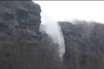 Clip: Kỳ lạ thác nước chảy ngược lên trời