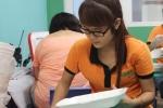 Nữ tình nguyện viên xinh xắn chuẩn bị hơn 600 suất cơm miễn phí mời sĩ tử