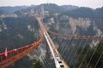 Trung Quốc tiếp tục 'chơi trội' với cầu mặt kính dài, cao nhất thế giới
