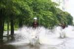 Nhóm thanh niên đi môtô té nước bẩn khiến dân mạng tranh cãi