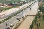 Ngày thứ 3 sau mưa kỷ lục, dân Thủ đô liều mình vượt 'ốc đảo'