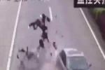 Clip: Ôtô hất tung người đi xe máy lên không trung