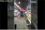 Clip: Khiếp đảm cảnh xe ba gác xoay điên cuồng trong chợ
