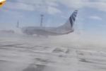 Clip: Kinh hoàng gió mạnh khiến Boeing 737 quay như chong chóng