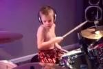 Lác mắt xem bé 6 tuổi chơi trống điêu luyện