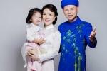 Con gái Phan Đinh Tùng đáng yêu chụp ảnh cùng bà nội