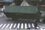 Khoảnh khắc xe container lật nhào suýt đè chết người đi đường