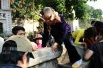 Du khách trèo tường ngày khai hội chùa Hương