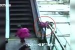 Clip: Kinh hoàng bé 3 tuổi ngã từ thang cuốn tầng 4 xuống đất tử vong
