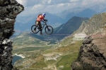 Video: Thót tim với màn đạp xe trên dây bắc qua vách núi cực điên rồ