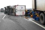 Xe tải lật nhào, cao tốc Trung Lương kẹt cứng