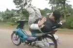 Clip kẻ coi thường tính mạng, đi xe máy bằng mông