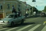 Clip: An tọa trên nóc ôtô sau tai nạn giao thông