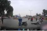 Video: Nam thanh niên lao thẳng xe vào cảnh sát cơ động rồi bỏ chạy