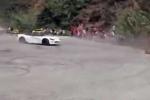 Clip: Chụp ảnh tự sướng bị siêu xe Dodge Viper 'đốn' ngã