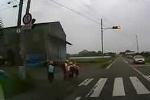 Clip: Bất ngờ với cách trẻ em Nhật Bản làm sau khi sang đường