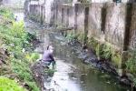 Dân thản nhiên rửa rau dưới kênh nước đen ngòm, hôi thối